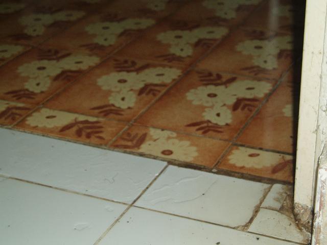 台所の床は水浸し